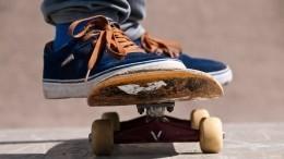 Видео: скейтбордист неподелил дорогу ссамокатчиком иразбил стеклянную остановку вПетербурге