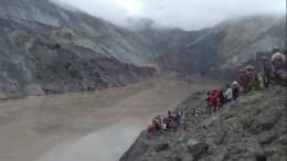 Неменее 50 человек погибли врезультате оползня нашахте вМьянме— кадры сместа