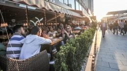 Насколько высок риск заразиться COVID-19 влетних кафе— мнение Онищенко