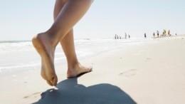 «Босиком попеску»: доктор Комаровский рассказал опользе прогулок без обуви