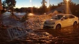 «Купальный сезон открыт»: машины «утонули» после серьезного прорыва трубы вПетербурге