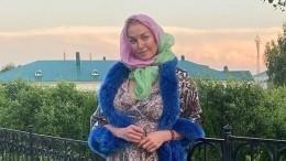 Грация иизящество: Волочкова самостоятельно подстригла кусты насвоем участке