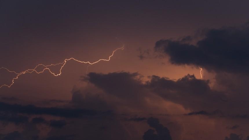 Грозы, молнии, аномальная жара: погода продолжает испытывать россиян напрочность