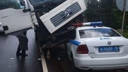 Видео: Машина ДПС застряла под колесами самосвала вмассовом ДТП под Петербургом