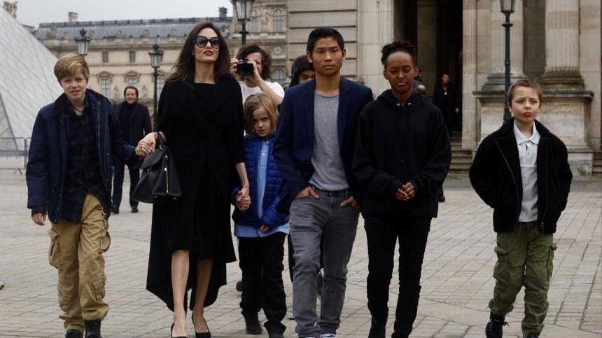 «Необыкновенная африканская женщина»: Джоли освоей приемной дочери Захаре