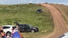 Видео: Скатившийся спригорка автомобиль переехал водителя ираскидал туристов вБашкортостане