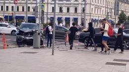 Иномарка сбила двух пешеходов вцентре Москвы— видео