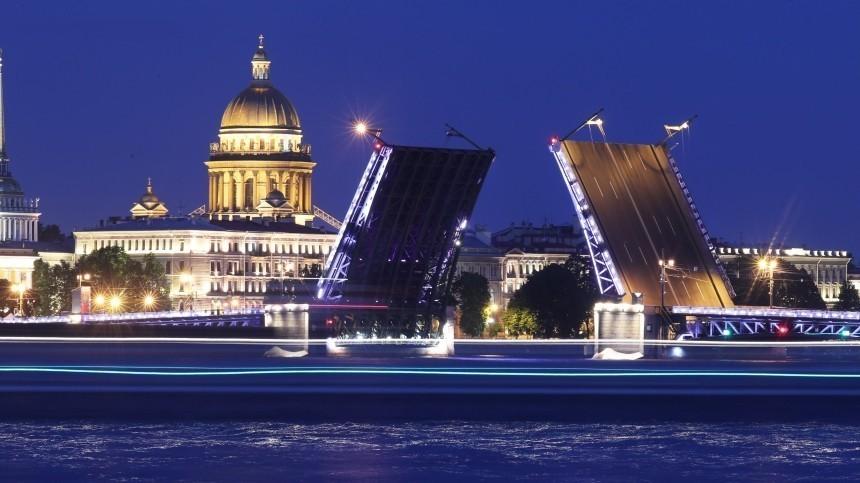 Ночь без традиции: сильный ветер отменил разводку мостов вПетербурге