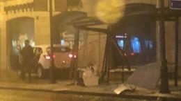 Видео: Автомобиль снес остановку наМосковском проспекте вПетербурге