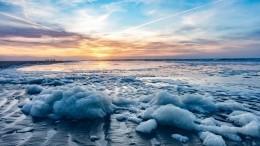 Апокалипсис? Кейптаун утонул вморской пене, адети лепят изнее «снежки»— видео