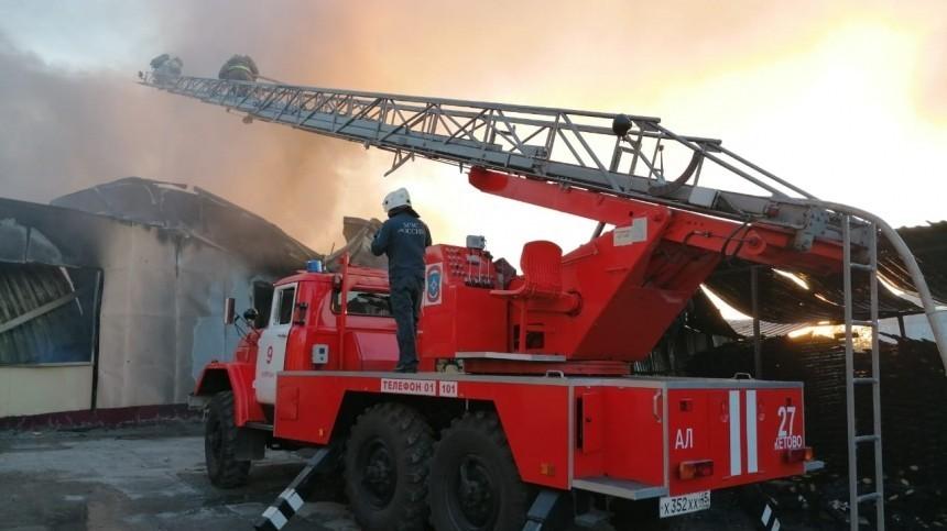 Видео: Пожар назаводе ЖБИ вКургане охватил тысячу квадратных метров