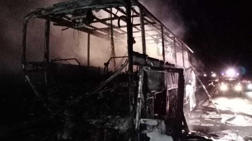 Видео: рейсовый автобус сгорел дотла после ДТП под Липецком
