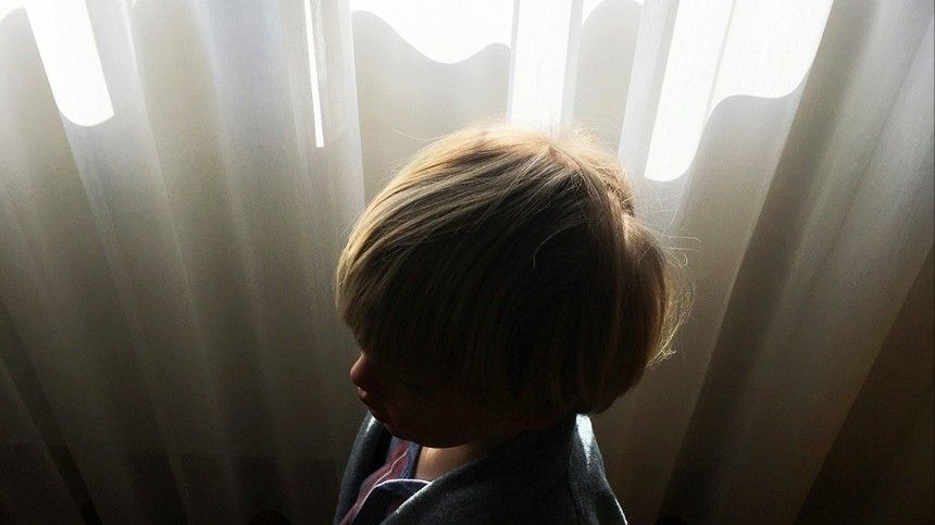 Годовалый малыш выпал стретьего этажа вПетербурге