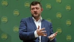 Видео: замглавы партии Зеленского, перепутавший микрофон стелефоном, стал мемом