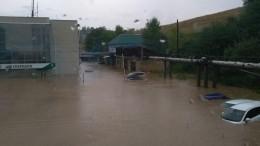 Потоп наУрале. Улицы города Нижние Серги превратились вбурлящие реки— видео