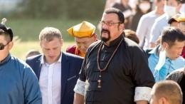 Гражданина России Стивена Сигала встретили хлебом-солью народине предков вБурятии