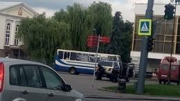 Видео: Максим Плохой выпустил троих заложников изавтобуса вЛуцке