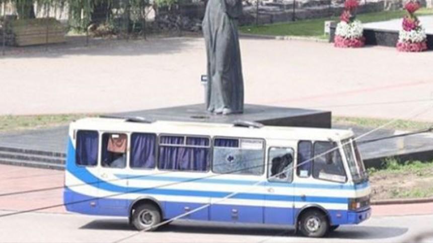 Захвативший автобус наУкраине отпустил заложников, итутже прогремел взрыв