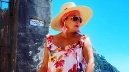 Нетребко споловинкой арбуза прогулялась поострову Капри