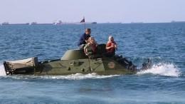 Эксклюзивное видео спасения экипажа изтонущей бронемашины вКерченском проливе