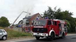 Видео: самолет врезался вжилой дом вГермании