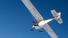 Момент падения самолета надорогу попал накамеры уличного наблюдения