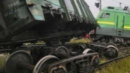 Последствия столкновения двух грузовых поездов вПетербурге сняли навидео