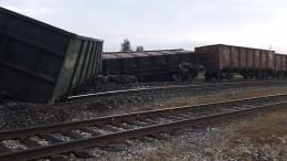 ВКоми сошли срельсов 11 вагонов суглем— фото