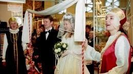 «Проверка невинности вбане изеленое платье»: необычные свадебные традиции наРуси
