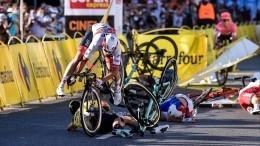 Велогонщик Якобсен впал вкому после столкновения натрассе вПольше— видео