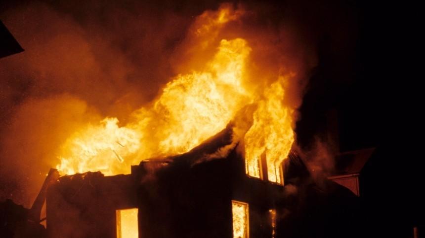 Жильцов многоквартирного дома под Красноярском разбудил сильный пожар