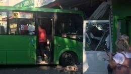 Маршрутка влетела вмагазин вТюмени: шестеро пострадавших, включая ребенка