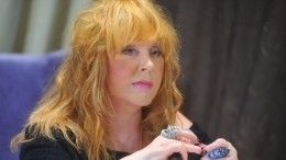 Умело скрывает возраст: стилист оценил модный «лук» Пугачевой соголенным плечом