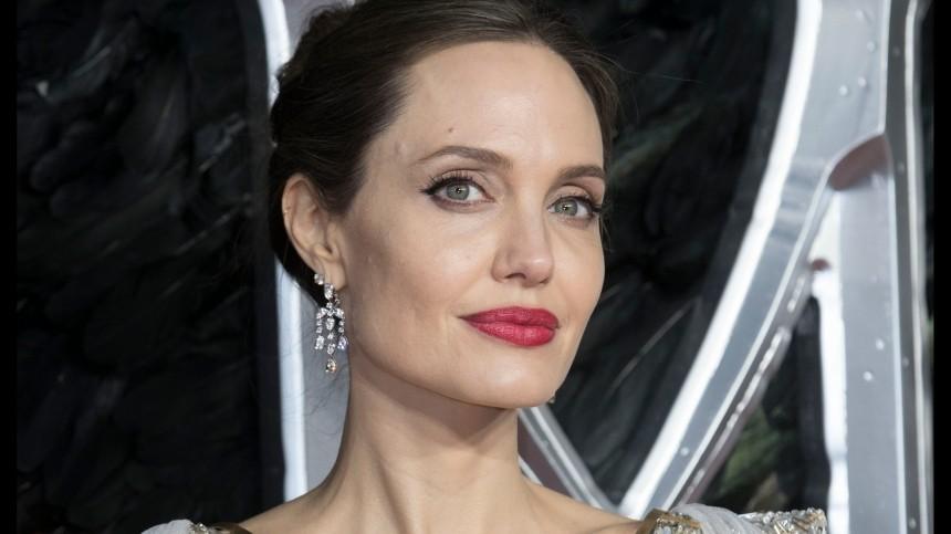 Джоли получила предложение начать роман сзавидным холостяком
