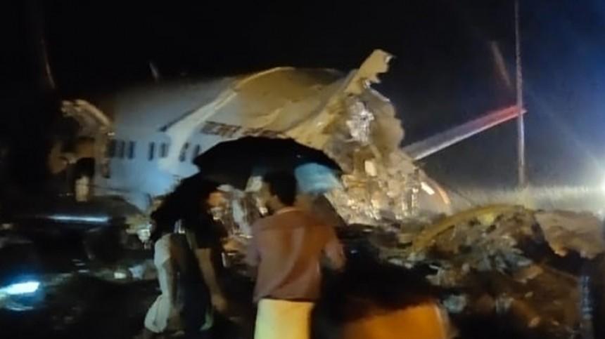 Пассажирский самолет выкатился запределы ВПП вИндии