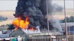 Серьезный пожар произошел впорту Великобритании— огненное видео
