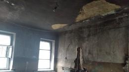 Видео: фрагмент потолка рухнул наребенка ваварийном доме под Челябинском