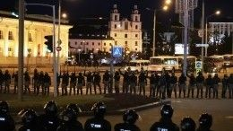 Бойцы ОМОН штурмуют подъезды домов вМинске