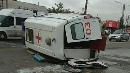 Видео: Машина скорой помощи перевернулась вОмске
