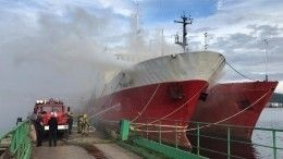 Видео: ВМурманске полыхает палуба рыболовецкого судна