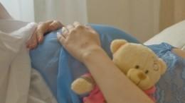 Забеременевшая 13-летняя школьница показала новорожденную дочь