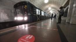 Полицейский впоследнюю секунду вытащил мужчину из-под колес поезда вметро Москвы