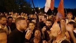 Сотни протестующих собрались уСИЗО вМинске— видео