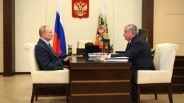 Бутылку премиальной нефти подарил Путину глава «Роснефти»— видео
