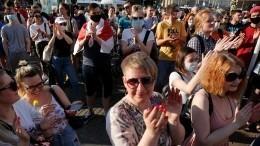 Под лозунги «Уходи»: Протестующие зажгли тысячи фонариков вцентре Минска— видео
