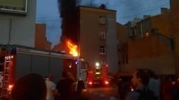 Огненное видео: квартира полыхает вжилом доме вПетербурге