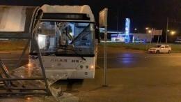 Автобус врезался востановку вПетербурге— видео