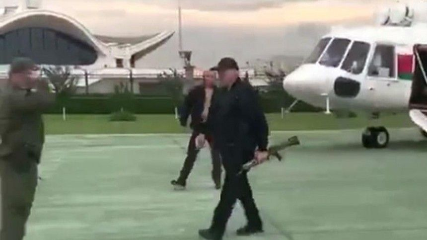 Лукашенко прилетел всвою резиденцию савтоматом вруках— фото