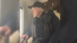 Лукашенко вбронежилете наблюдал заакцией оппозиции извертолета— видео
