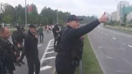 Лукашенко савтоматом вышел заоцепление своей резиденции вМинске— видео